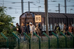 2af22ae700000578-3179285-migrants_who_made_it_past_the_channel_tunnel_security_fences_at_-a-7_1438212524131