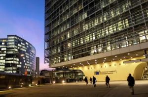 epa03983845 The Berlaymont, the European Commission headquarters, in Brussels, Belgium, early evening 09 December 2013.  EPA/OLIVIER HOSLET