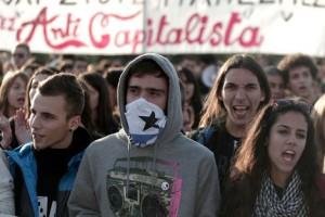 Μαθητές φωνάζουν συνθήματα κατά τη διάρκεια πορείας προς τη Βουλή,  τη Δευτέρα 3 Νοεμβρίου 2014.  Οι μαθητές συγκεντρώθηκαν στα Προπύλαια  και πραγματοποίησαν πορεία  προς της Βουλή, διαμαρτυρόμενοι για την Τράπεζα Θεμάτων, το σύστημα των εξετάσεων στο Λύκειο, αλλά και τη γενικότερη κατάσταση που επικρατεί στην Παιδεία.   ΑΠΕ-ΜΠΕ/ΑΠΕ-ΜΠΕ/ΓΙΑΝΝΗΣ ΚΟΛΕΣΙΔΗΣ