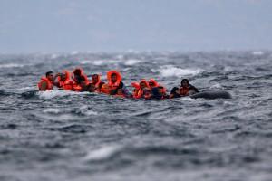 Πρόσφυγες φτάνουν με φουσκοτό σκάφος σε ακτή κοντά στην Εφταλού, την Κυριακή 11 Οκτωβρίου 2015, στη Λέσβο.  Αδίστακτος 34χρονος τούρκος διακινητής μεταναστών και προσφύγων είχε κουβαλήσει στη Λέσβο με το 15μετρο ξύλινο σκάφος του μόλις το περασμένο σαββατοκύριακο περισσότερους από 1000 ανθρώπους. Εισπράττοντας από τον καθέναν περισσότερα από τα 1500 ευρώ. Τελικά χθες το απόγευμα συνελήφθη από στελέχη του Λιμενικού Σώματος που περιπολούσαν στην περιοχή μαζί με στελέχη της FRONTEX. Σύμφωνα με πληροφορίες το δουλεμπορικό αυτό σκάφος, κινούμενο στη διαδρομή από τα απέναντι Μικρασιατικά παράλια και συγκεκριμένα την περιοχή Μπεχράμ Καλά στην Εφταλού της Λέσβου,  είχε μπει στο στόχαστρο των διωκτικών αρχών. Εντοπίστηκε και τέθηκε υπό παρακολούθηση. Τον άφησαν πρώτα να αποβιβάσει τους φυγάδες από τα απέναντι παράλια, προκειμένου κατά τη διάρκεια της επιχείρησης να μην κινδυνέψουν ανθρώπινες ζωές και στη συνέχεια τον καταδίωξαν και τον συνέλαβαν. Ο φωτογραφικός φακός του Πέτρου Τσακμάκη είχε αποθανατίσει το σκάφος αυτό το περασμένο Σαββατοκύριακο σε ένα από τα ταξίδια τους κι ενώ αποβίβαζε π