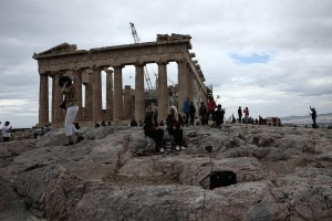 Tourists in Acropolis, in Athens, on May 29, 2015 / Τουρίστες στην Ακρόπολη, στην Αθήνα, στις 29 Μαΐου, 2015