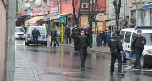 BAYRAMPASA'DA POLISE SALDIRAN TERORISTLER KACARAK BIR BINAYA GIRDI. POLIS BINAYI ABLUKAYA ALDI. FOTO: BARIS SOZAL/SABAH
