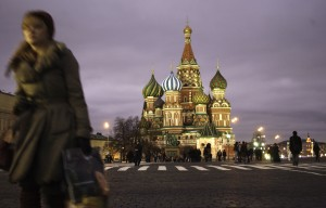 """Pedestrians walk through Red Square in Moscow, Russia, on Thursday, Dec. 6, 2007. Economic expansion is boosting wages, cutting unemployment and prompting """"the middle class to steadily increase"""" in ranks, Russia's Economy Ministry said. Photographer: Yola Monakhov/Bloomberg News"""