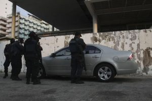 Police officers stand around a car holding the dead bodies of two people in Acapulco May 15, 2012. A man and a woman were found dead sitting in the back seat of the car which was abandoned underneath a bridge in a neighborhood, according to local media. REUTERS/Jacobo Garcia (MEXICO - Tags: CRIME LAW CIVIL UNREST TRANSPORT)