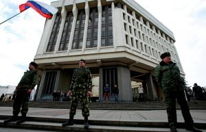 Members of Crimean self-defence units guard the Crimean parliament building in Simferopol March 6, 2014. European Union leaders were set to warn but not sanction Russia on Thursday over its military intervention in Ukraine after Moscow rebuffed Western diplomatic efforts to persuade it to pull forces in Crimea back to their bases. REUTERS/David Mdzinarishvili (UKRAINE - Tags: POLITICS MILITARY CIVIL UNREST)