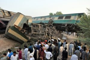Locals look at the wreckage after two trains collided near Multan, Pakistan September 15, 2016. REUTERS/Khalid Chaudry  FOR EDITORIAL USE ONLY. NO RESALES. NO ARCHIVES