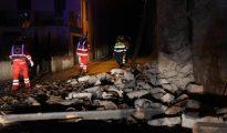 epa05604733 Rescue operations begin after a 5.4-magnitude earthquake struck central Italy, in Villa Sant'Antonio village, near Visso, Marche region, Italy, 26 october 2016.  EPA/MATTEO CROCCHIONI