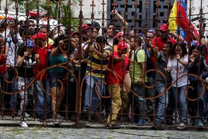 Chavistas try to enter to the Federal Legislative palace