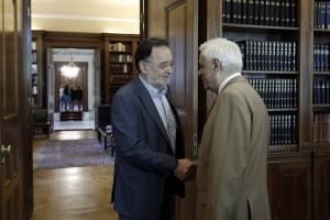 Ο Πρόεδρος της Δημοκρατίας Προκόπης Παυλόπουλος (Δ) υποδέχεται τον πρόεδρο της «Λαϊκής Ενότητας » Παναγιώτη Λαφαζάνη (Α), Δευτέρα 24 Αυγούστου 2015. Ο πρόεδρος της «Λαϊκής Ενότητας » Παναγιώτης Λαφαζάνης μετέβη στο Προεδρικό Μέγαρο, προκειμένου να λάβει την διερευνητική εντολή σχηματισμού κυβέρνησης από τον Πρόεδρο της Δημοκρατίας Προκόπη Παυλόπουλο. ΑΠΕ-ΜΠΕ/ΑΠΕ-ΜΠΕ/ΓΙΑΝΝΗΣ ΚΟΛΕΣΙΔΗΣ