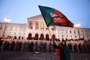 1352999113-strike-in-portugal-ends-in-clashes-between-protesters-and-police_1600124