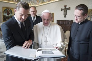 epa05131665 The handout picture made available by the Vatican newspaper Osservatore Romano shows Pope Francis and US actor Leonardo Di Caprio during a private audience at the Vatican, 28 January 2016.  EPA/OSSERVATORE ROMANO / HANDOUT  HANDOUT EDITORIAL USE ONLY/NO SALES