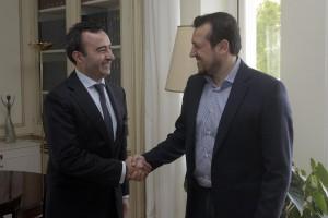 Ο υπουργός Επικρατείας Νίκος Παππάς (Δ) υποδέχεται τον Gianpiero Pazzanese (Α), πρόεδρο και διευθύνοντα σύμβουλο της British American Tobacco Hellas (BAT) στη συνάντηση τους στο Μέγαρο Μαξίμου, Αθήνα Τρίτη 23 Φεβρουαρίου 2016.