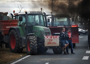 TOPSHOTS Farmers block the Oleron bridge linking Oleron Island with mainland France near Marennes on July 22, 2015. A wave of strikes across the country has escalated this week, in protest of raised prices on meat and dairy products that farmers say they have yet to benefit from and are now working at a loss. AFP PHOTO / XAVIER LEOTY