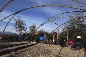 Φωτογραφία που δόθηκε σήμερα στη δημοσιότητα και εικονίζει πρόσφυγες να περνούν τα σύνορα της Ειδομένης με την ΠΓΔΜ, την Κυριακή 8 Νοεμβρίου 2015. Χιλιάδες πρόσφυγες καταφθάνουν καθημερινά στα σύνορα προερχόμενοι από τα ελληνικά νησιά, με σκοπό να περάσουν στην ΠΓΔΜ και από εκεί σε χώρες της Κεντρικής και Βόρειας Ευρώπης. Οι πρόσφυγες φιλοξενούνται προσωρινά σε καταυλισμό που λειτουργεί υπό το συντονισμό της Ύπατης Αρμοστείας του ΟΗΕ για τους Πρόσφυγες και με τη συμβολή εθελοντών και οργανώσεων για την αντιμετώπιση των ανθρωπιστικών αναγκών. Τρίτη 10 Νοεμβρίου 2015.  ΑΠΕ-ΜΠΕ/ΑΠΕ-ΜΠΕ/ΣΥΜΕΛΑ ΠΑΝΤΖΑΡΤΖΗ