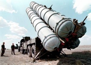 (FILES) A picture taken in 1996 shows Russian SS300 air-defence missiles being prepared to be launched at a military training ground in Russia. Russia has delivered sophisticated air defence missiles to Syria, President Bashar al-Assad has implied in an interview to be aired on May 30, 2013 on Lebanon's Al-Manar television, the network said.   AFP PHOTO VLADIMIR MASHATIN