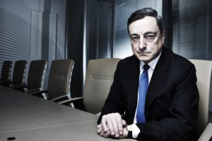 Mario Draghi, Vorsitzender der Europaeischen Zentralbank, italienischer Bankmanager und Wirtschaftswissenschaftler, Portrait, Einzelportrait, Wirtschaft, Finanzwirtschaft, Finanzen, Bankenwirtschaft, Europa, Deutschland, Frankfurt a.M., 12/2014 *** SONDERKONDITIONEN *** HIGHRES AUF ANFRAGE *** VOE NUR NACH RUECKSPRACHE MIT LAIF *** KEINE VEROEFFENTLICHUNG UNTER 1/4 SEITE *** SONDERHONORAR *** *** MINDESTHONORAR 250EURO *** ***SPECIAL FEE***HIGHRES ON REQUEST *** NO PUBLICATION UNDER 1/4 PAGE *** MINIMUM FEE 250EURO*** *** *** veroeffentlicht in DIE ZEIT am 15.01.2015 *** Engl.: Europe, Germany, Frankfurt/Main, Mario Draghi, President of the European Central Bank, Italian bank manager and economist, portrait, economy, finance, banking industry, 17 December 2014 ***SPECIAL FEE***HIGHRES ON REQUEST ***PUBLICATION ONLY AFTER CONSULTATION WITH LAIF*** NO PUBLICATION UNDER 1/4 PAGE *** MINIMUM FEE 250EURO***