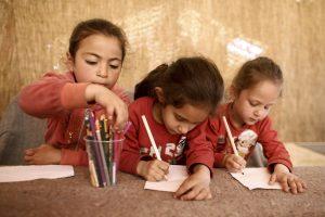 Παιδία προσφύγων  παρακολουθούν μάθημα ζωγραφικής από εθελοντές, στο αυτοσχέδιο πολιτιστικό κέντρο,  στον άτυπο καταυλισμό  προσφύγων της Ειδομένης κοντά στα σύνορα Ελλάδας-ΠΓΔΜ, την Πέμπτη 14 Απριλίου 2016.  ΑΠΕ-ΜΠΕ/ΑΠΕ-ΜΠΕ/Κώστας Τσιρώνης
