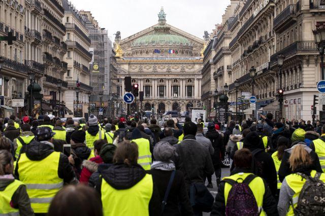 Γαλλία  Τα «κίτρινα γιλέκα» κατεβαίνουν στους δρόμους ξανά  e21decb199c