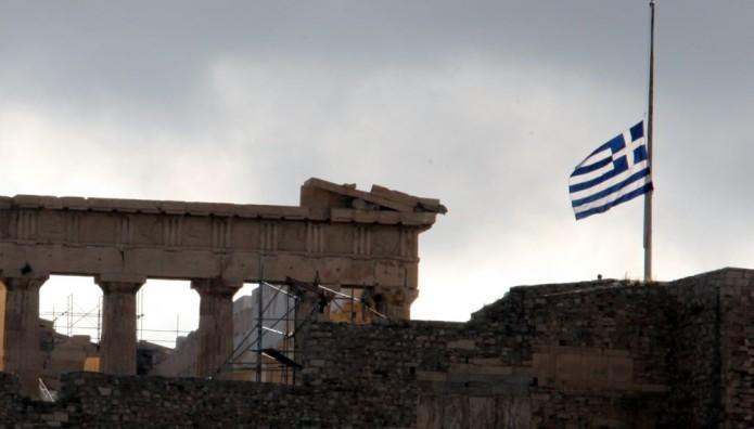 Μεσίστια η σημαία στην Ακρόπολη για τον Μανώλη Γλέζο | The Indicator