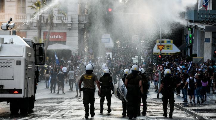 Δακρυγόνα και αύρες στο Σύνταγμα στη διαδήλωση με σταυρούς, κρεμάλες και χρυσαυγίτες   The Indicator